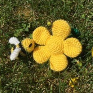 gehaakte gele bloem en bij