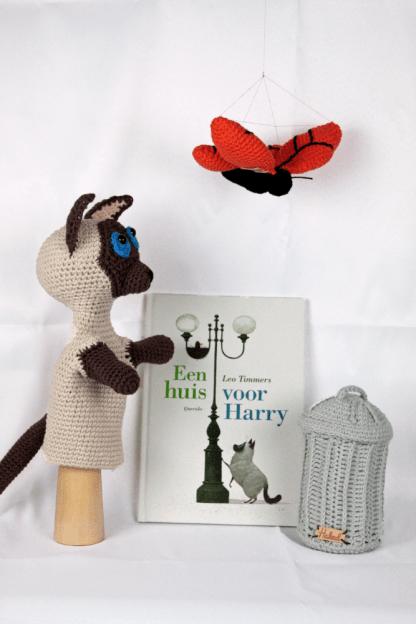 sfeerfoto handpop harry gehaakt met vuilnisbak vlinder en boek huis van harry